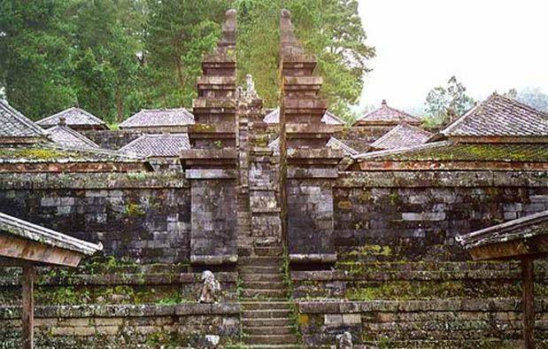 Membahas tentang sejarah, siapa yang tidak tau kerajaan Majapahit? Dulu, kerajaan tersebut adalah kerajaan terbesar di Indonesia yang berpusat di Jawa Timur. Sempat berdiri sejak tahun 1293 hingga 1500 Masehi. Menurut sejarah, Kerajaan Majapahit mencapai pucak kejayaan dan menguasai wilayah yang sangat luas di Nusantara saat dipimpin oleh Hayam Wuruk tahun 1350-1389. Sempat mendengar sejarahnya saat di sekolah dasar kan?