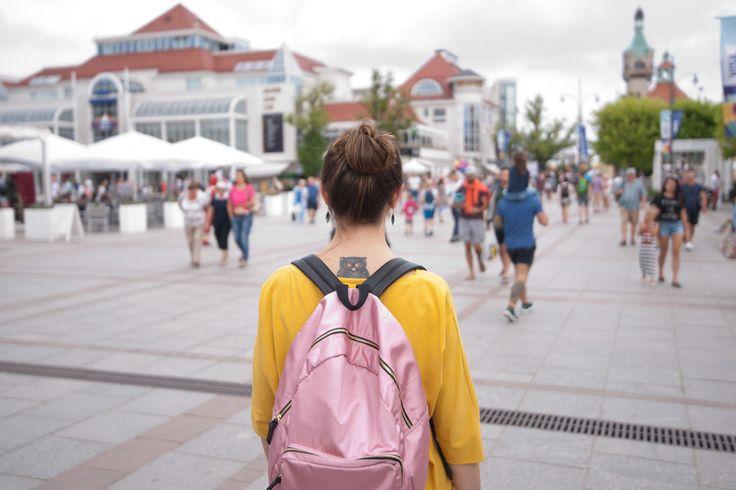 OOTD wakacyjny luz: różowy plecak, żółta bluzka i spodnie w liście   Innooka