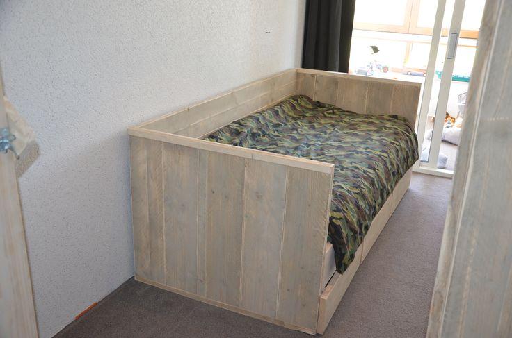 Stoer kinderbed gemaakt van steigerhout in de vorm van een slaapbank. Onderin heeft dit bed een ruime la voor een extra matras of op spullen in op te bergen