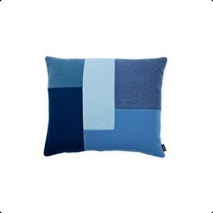 Brick er en smuk og grafisk pude fra Normann Copenhagen designet af Britt Bonnesen.