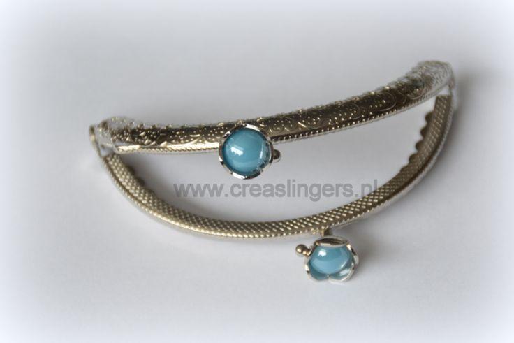 Portemonnee beugel 8,5cm zilverkleurig met blauwe parel in bloem