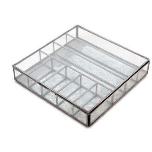 Deze mooie opbergdoos voor sieraden of andere mooie spullen is gemaakt van koper en glas. Afmeting 5 x 23,5 x 23 cm. De doos heeft handige verdeelvakken. De doos is er ook in een koperen kleur. De glazen dozen zijn allemaal handgemaakt met duurzame materi