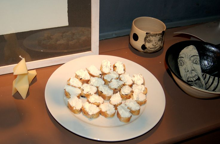Black and White party, olive bread and cottage cheese canapés, at http://www.desig-design.com