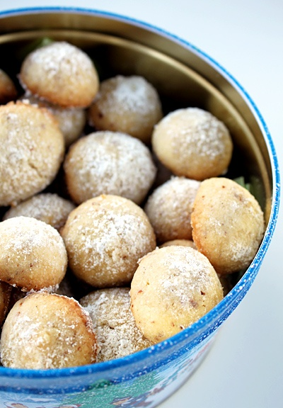 Ingefærsnebolde (mandelsmåkager) - cookie recipe in Danish from the blog Anarkistens (ægte) Kogebog » www.anarka.dk, which focuses on historic recipes.