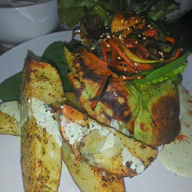 Canastillo de espinaca Relleno con  verduras glaseadas caramelizadas tailandes acompañado de sus papás bravas y salsa capreli