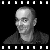 """VIDEO: Michael Hansonis hat viele Gesichter. In den 80er Jahren war er als Sänger und Gitarrist mit der Kölner Rockband """"Les Immer Essen"""", später mit """"King Candy"""" unterwegs. Ab Mitte der 90er Jahre wechselte er das Fach und stand als festes Ensemblemitglied im Horizont Theater in Köln auf der Bühne. Seit 2005 spricht er auch Hörbücher. Zum VIDEO-Interview http://www.hoerbuecher-blog.de/michael-hansonis-im-exklusiv-interview/"""