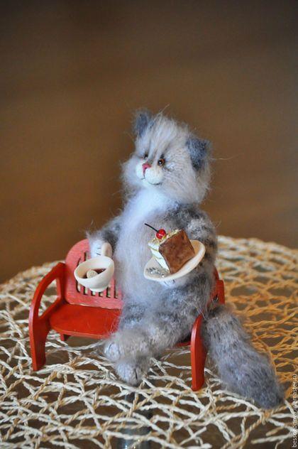 Купить или заказать Попьем чайку и поболтаем?! Вязаная игрушка кот в интернет-магазине на Ярмарке Мастеров. Огромная просьба перед заказом прочитать правила магазина и мой статус (текст сразу под моим фото) Возможно, в данный момент я не принимаю заказы. Авторская вязаная игрушка ПОПЬЕМ ЧАЙКУ И ПОБОЛТАЕМ?! Кот связан спицами и крючком из натурального мохера с шерстью и козьего пуха. Рост стоя 22-23 см Все лапки, шея и хвост сгибаются (проволочный каркас) В комплекте чашка с чаем, тортик (все…