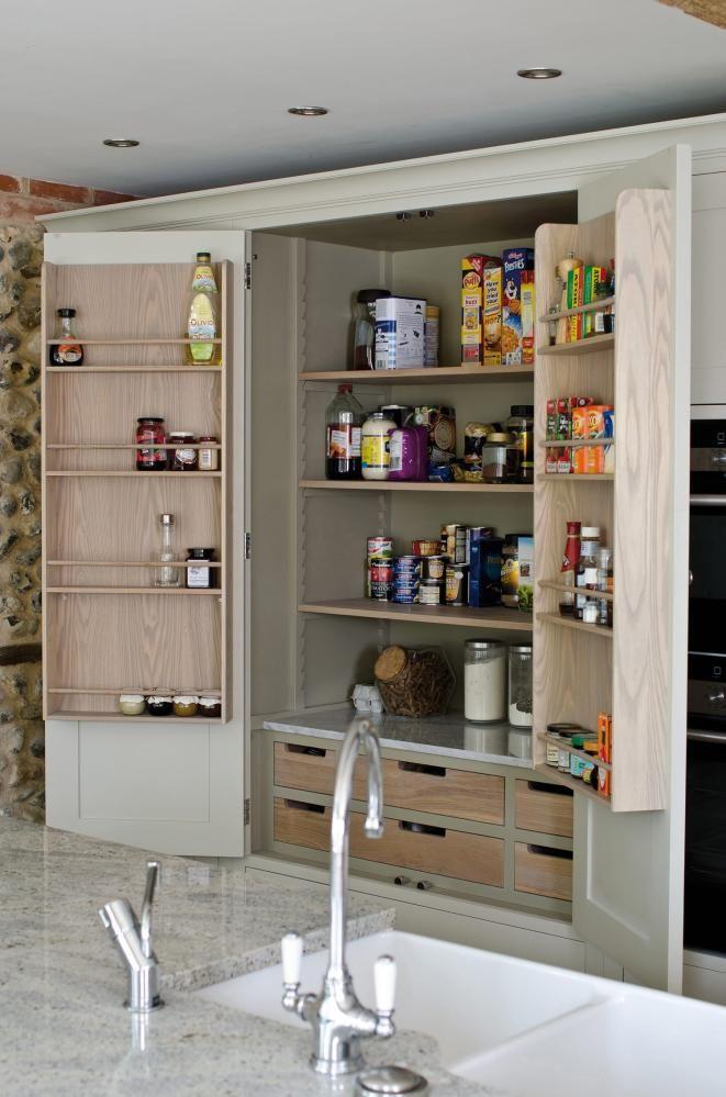 Et spiskammer sørger for rikelig med oppbevaringsplass.