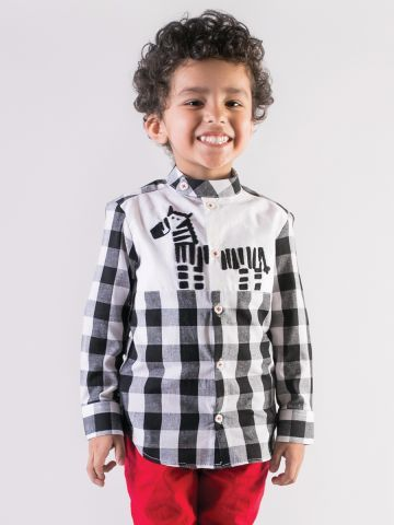 Tiber Taber's Friends Forever collection. A fun and quirky choice for your little adventurer, where he gets to meet Stripey the zebra. Whats more! It comes with a surprise that shall tell him the story of Stripey and his friend George the Giraffe. Your boy is going to love his new shirt with a friend.  Made in cotton, it is definitely the never seen before smart casual look for him. ? 1 Shirt, 1 Surprise Gift ? 100% Cotton ? Cotton Black and white checks and White Cotton Poplin ? Thread…