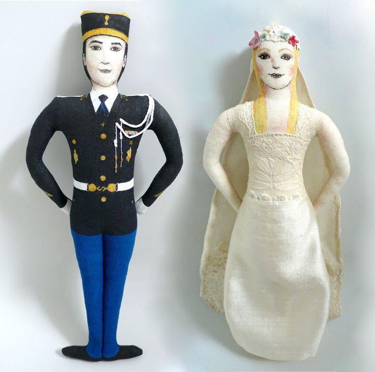 Mariage champêtre ! Le gendarme se marrie, poupées faites d'après photos, art doll, poupées en tissus recyclés, et feutres et peintures textiles - Un Radis m'a dit - Boutique : https://www.etsy.com/fr/shop/UnRadisMaDit
