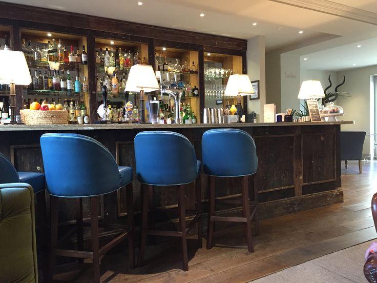 Bar van The grosvenor arms in shaftesbury Blauwe stoelen met oude eiken bar.