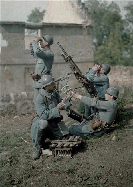 Section de mitrailleurs : quatre soldats, dans les ruines en train de tirer  Description :  Autochromes de la guerre 1914-1918, département de l'Aisne (Bucy-le-Long)  Auteur :  Cuville Fernand (1887-1927)