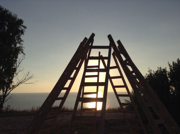Axis Mundi (Planet -A) installazione composta da 7 scale in legno alte 3 m. Menfi Sicilia - Planeta wine factory - novembre 2014