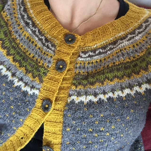 Supernöjd. Very pleased! #damejakkaloppa #pinneguridesign #raumafinull #knittersofinstagram #yarnlove