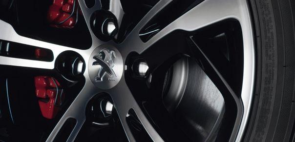 Peugeot 208 GTi med 17-tumsfälgarna med däck i dimensionen 205/45 rymmer 302 millimeter stora ventilerade bromsskivor fram och 249 millimeter bak. Optimal bromskapacitet levereras av de fyra skivorna i rödlack.