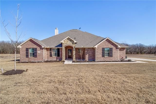 This Riverside Homebuilders favorite offers 2 living areas, 4 large bedrooms, 2.5 baths in a one story setting located on an acre in #Farmersville #Texas. Let us know if you would like to have a look inside. #Realtor #RealEstate - 992 STEPHEN COURT, FARMERSVILLE, TX 75442 | 'bit Southern Group | eXp Realty