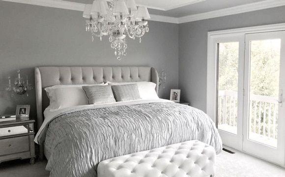 Une chambre grise richement décorée