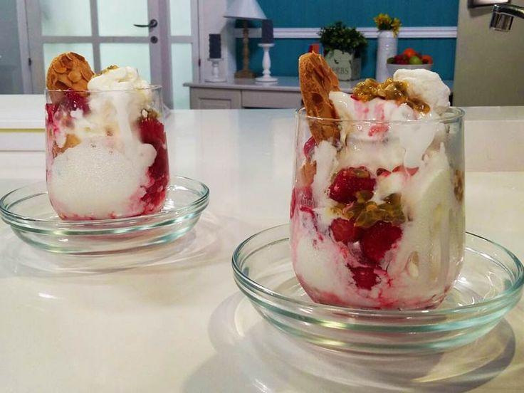Foto della pavlova con gelato allo yogurt