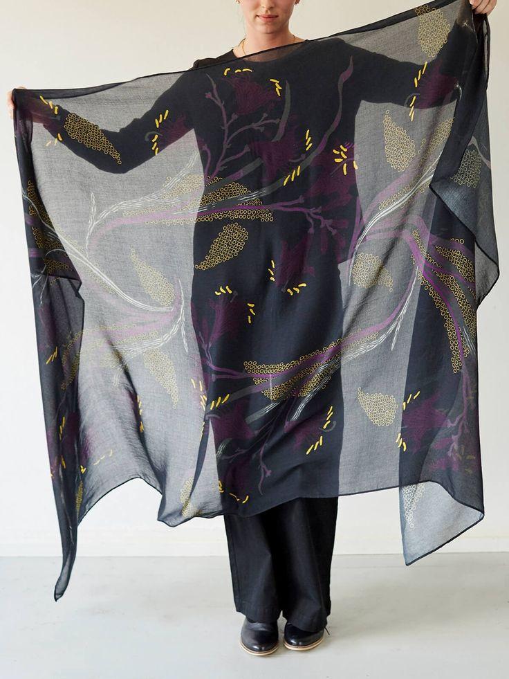Stort tørklæde i bambus. Kan også bruges som sarong. Kr. 229,-