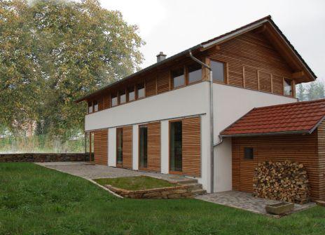 Ansicht Süd-Ost - modernes Bauernhaus in ländlicher Umgebung (Niederbayern)