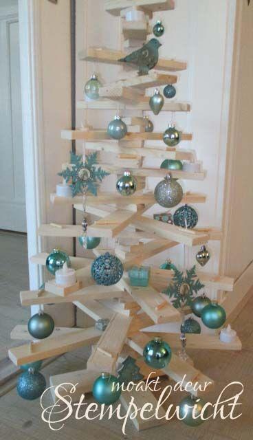 Een houten kerstboom gemaakt