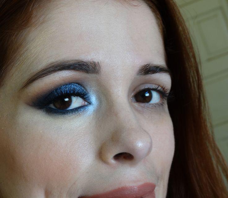 Maquiagem azul marinho com iluminação no canto interno do olho ❤