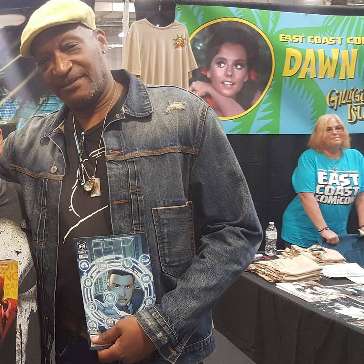 Met Tony Todd today. Coolest dude! Definitely meet him at your next convention.  #TonyTodd #eastcoastcomiccon #awesome  #actor #celeb #celebrity #comiccon #comiccons #comicon #NewJersey #NJ #Candyman #Flash #dccomics #tvshow #movies #movie #producer #predators #comics #tvshows #zoom #eastcoastcomicon #signing #professorzoom #transformers #writer #thecrow #finaldestination #platoon http://tipsrazzi.com/ipost/1504765998270675349/?code=BTiALPtAnmV