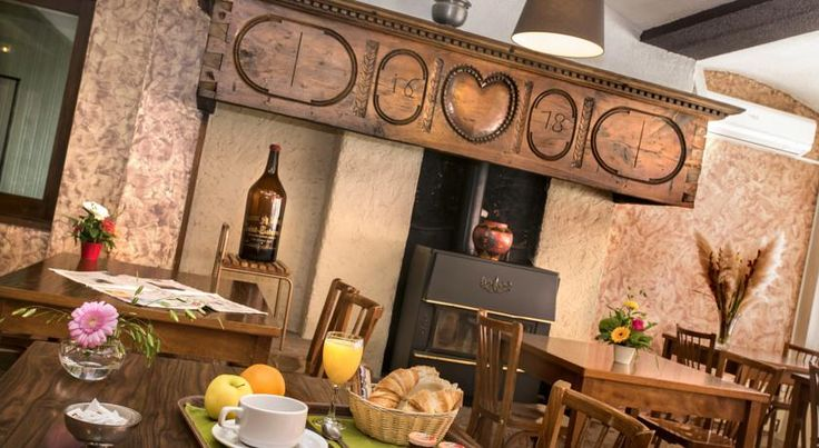 Logis Hotel du Commerce La Canourgue Logis Hotel du Commerce is located in the heart of the village of La Canourgue. It offers free parking and well-equipped and comfortable rooms with free WiFi.