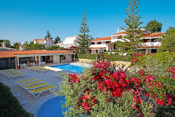 Description: In de stijl van de Algarve Balaia-Sol Holiday Club in gebouwd in de stijl van de Algarve. Her en der zijn de buitenmuren opgesierd met kleurrijke tegelkunstwerkjes die je op een charmante wijze iets over de plek waar je je bevindt vertellen. Deze accommodatie ligt in een natuurlijke omgeving op een terrein van in totaal 5000 m2. Waar je kijkt zie je kleurige bloembedden tussen het groen en pergola?s die lijken te bezwijken onder het gewicht van de overdadig bloeiende…