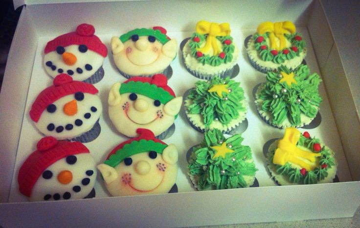 Christmas cupcakes decoration with royal icing by @jackiechenery