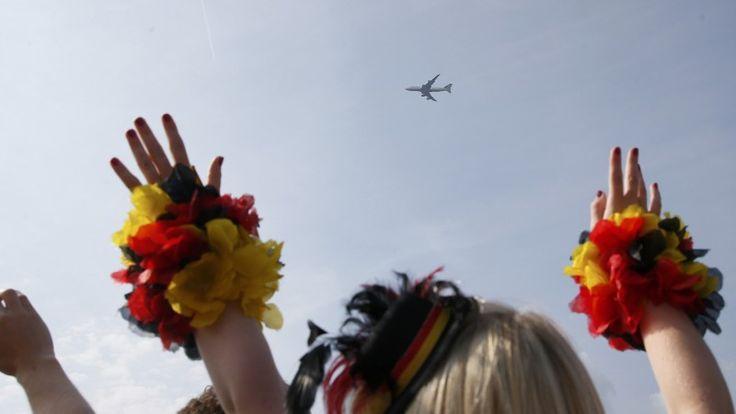 Flug LH 2014 über Berlin – hier grüßt der Weltmeister-Flieger die Fanmeile - RTL.de