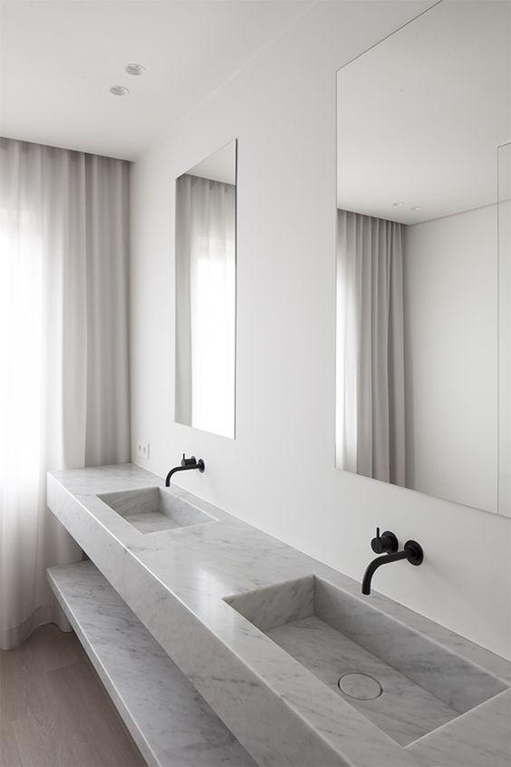 Avskalat badrum med platsbyggt handfat som generöst får sträcka sig längst med hela väggen. Gardiner som hänger från tak till golv i skirt linne mjukar upp det strama inredningsuttrycket och adderar det där lilla extra. Snyggt tycker vi på Gotain! För mer gardininspiration besök oss på www.gotain.com - Vi gör det enkelt att beställa skräddarsydda gardiner.  Bildkälla: Pinterest  #gardiner #linnegardiner #badrum #marmor