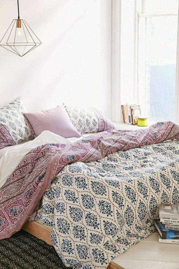 ikea housse de couette colorée et tapis noir dans la chambre à coucher