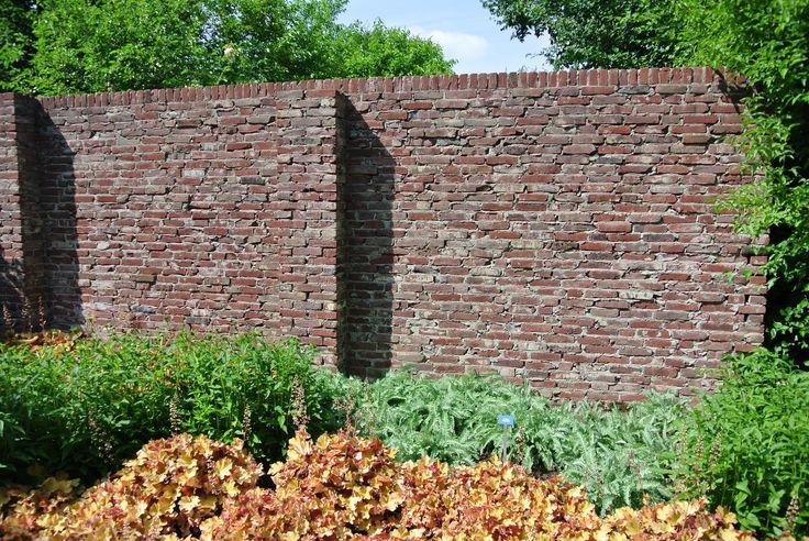 Ruige tuinmuur - grof metselwerk - 'oude' tuinmuur - Gezien in De Tuinen van Appeltern