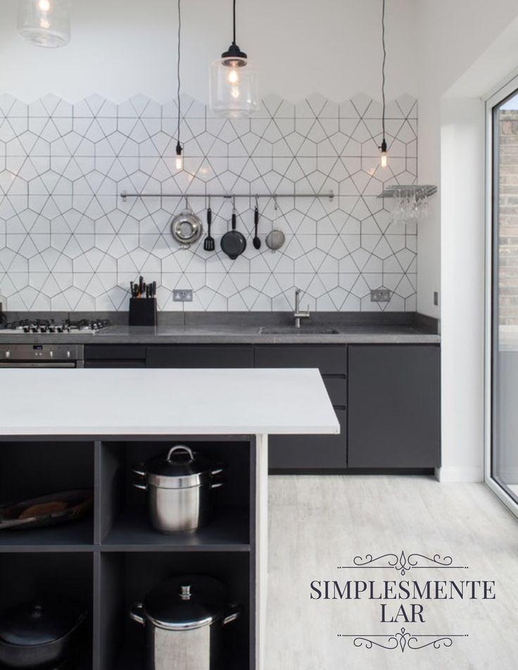 Vintage ou industrial? Os dois! Nessa cozinha clean, mas de extremo bom gosto, os azulejos geométricos - tão vintage - combinam perfeitamente com os pendentes de metal preto e vidro - tão industrial...Chique, não? Projeto de Houzz.💙🌻 #simplesmentelar #lilianazenaro #lilianazenarointeriores#decor #decoracao #reforma #projetolilianazenaro#interiores #altopadrao #exclusivo #lilianazenarodecoração