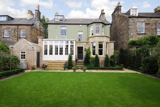 One perfectly mowed and looked after lawn! #propertysearches #holla http://ow.ly/kZf1y