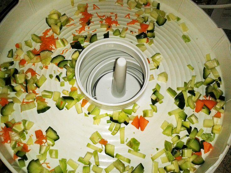"""Die Aktion #Restezauber – angestoßen vom Bundesamt für Ernährung und Landwirtschaft und der Initiative """"Zu gut für die Tonne"""" – ruft noch bis 15. Oktober dazu auf, über kreative Reste-Rezepte zu bloggen. Mein Tipp ist nicht unbedingt kreativ, aber ganz sinnvoll wie ich finde 🙂 Es geht darum, übrig gebliebene Reststücke von Gemüse zu trocknen und für die nächste Suppe oder Bouillon zu nutzen."""