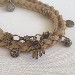 Zelf gevlochten suède armband met bronzen bedels. Bestel nu op www.eksterjewels.nl