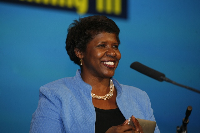 Gwen Ifill receives the PBS Be More Award.