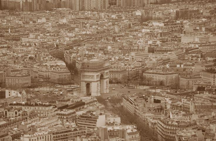 View from Eiffeltoren on Arc de Triomphe