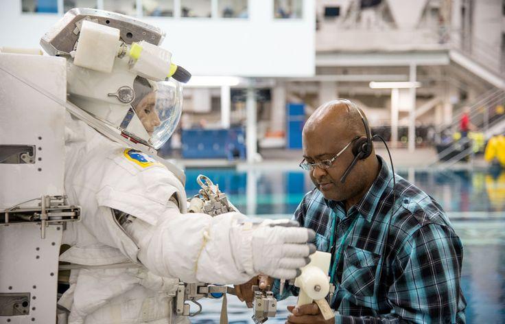 CC BY 2.0 Flickr by AstroSamantha https://www.flickr.com/photos/astrosamantha/10578221156 Samantha Cristoforetti: l'incredibile avventura della prima astronauta italiana che ha partecipato alla missione spaziale Futura rimanendo in orbita 6 mesi.