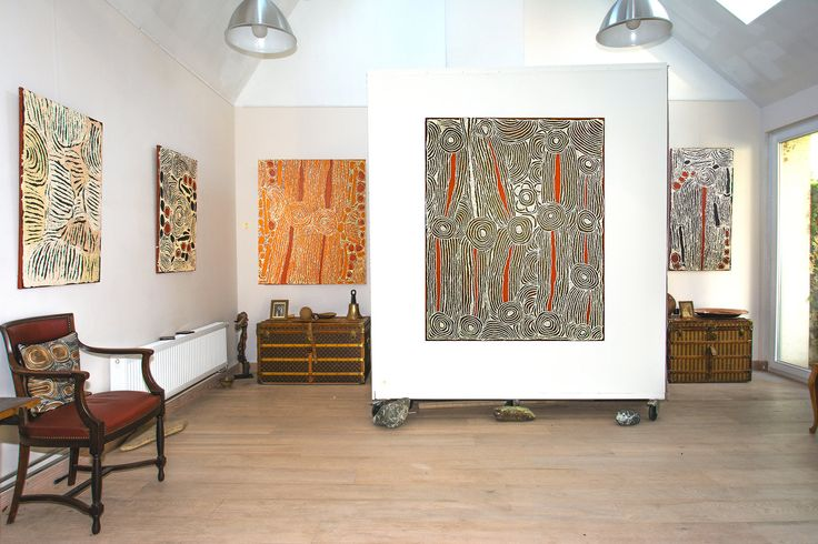 Préparation d'une exposition avec des peintures de l'artiste Ningura Napurrula de Papunya Tula.