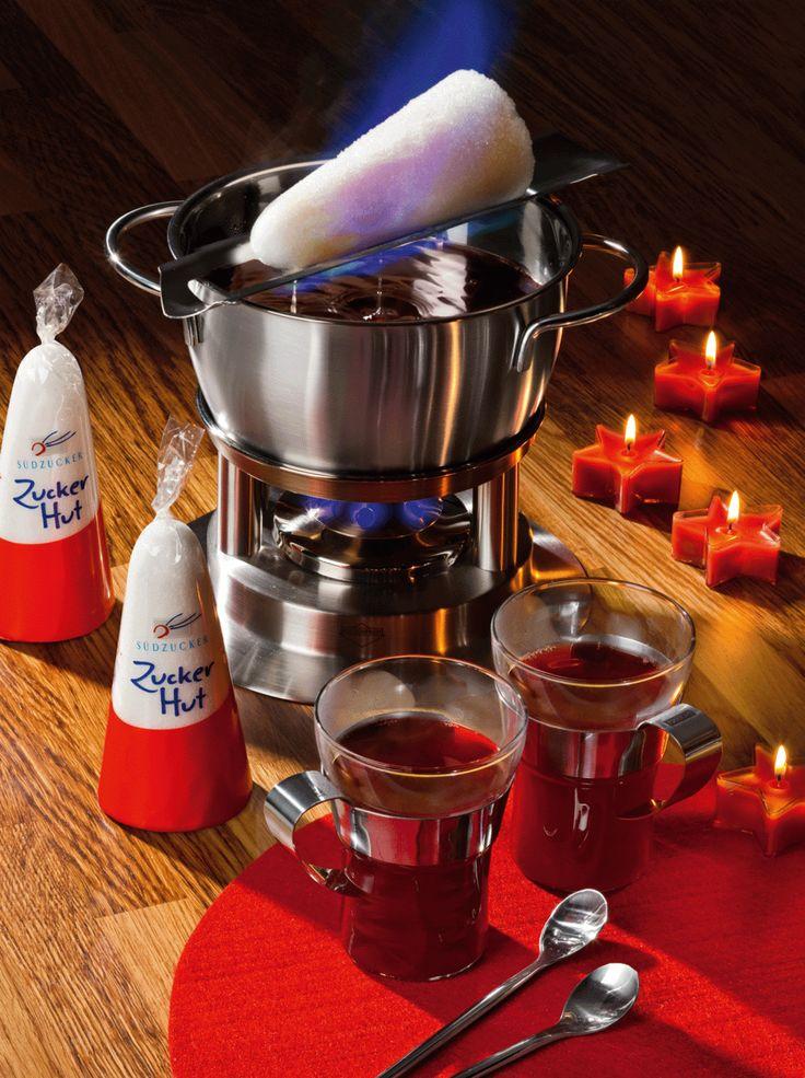 """An kalten Winterabenden erfreuen sich alkoholische Heißgetränke wie der Glühwein oder die Feuerzangenbowle besonderer Beliebtheit, sind sie doch der Inbegriff für gemütliche Geselligkeit mit Freunden oder der Familie. Bereits im 18.Jahrhundert wurde die Feuerzangenbowle, traditionell vor allem in Studentenkreisen zelebriert und erlebte durch den Rühmann-Film """"Die Feuerzangenbowle"""" größte Popularität. Ursprünglich bereitete man übrigens diese Bowle mit"""