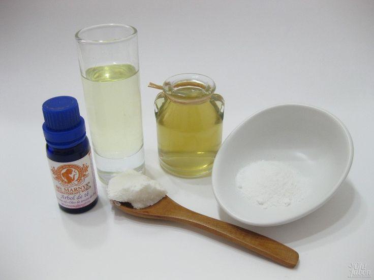 Prepara los ingredientes: aceite de almendras, manteca de karité, cera de abeja, aceite esencial de árbol de té, tónico de caléndula y bórax.