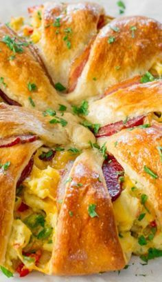 Crescent Bacon Breakfast Ring Recipe ~ This beautiful Crescent Bacon Breakfast Ring will be everyone's weekend breakfast of choice, it's loaded with bacon, eggs and cheese... Perfect for brunch as well.