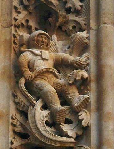 L'astronaute sculpté sur une église du 12° siècle à Salamanque, Espagne. Un regard attentif montre que la pierre n'est pas usée contrairement à celle du dessus: pas de mystère, donc. Ceci dit rien n'interdit de restaurer ainsi une partie manquante inconnue!