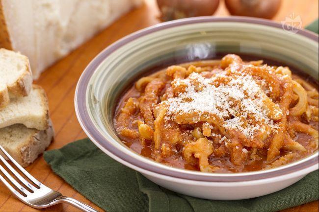 La trippa alla parmigiana è una ricetta della cucina povera emiliana: la trippa viene cotta con passata di pomodoro e condita con parmigiano reggiano.