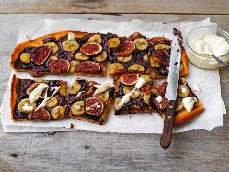Maistuisiko jälkiruoaksi viikuna-banaanipizza? Innoittajana toimii italialaiset, lämmintä suklaalevitettä valuvat taikinakuoreen leivotut piadat. http://www.valio.fi/reseptit/viikuna-banaanipizza #resepti #pizza