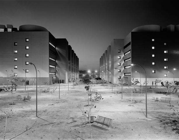 """Gabriele Basilico si potrebbe definire un fotografo di architettura ma forse come definizione è più calzante quella di fotografo di """"paesaggio urbano"""". Nel corso degli anni ha fotografato diverse città italiane e straniere: tra i suoi lavori più famosi troviamo quelli su Milano, Beirut, Mosca e Berlino..."""
