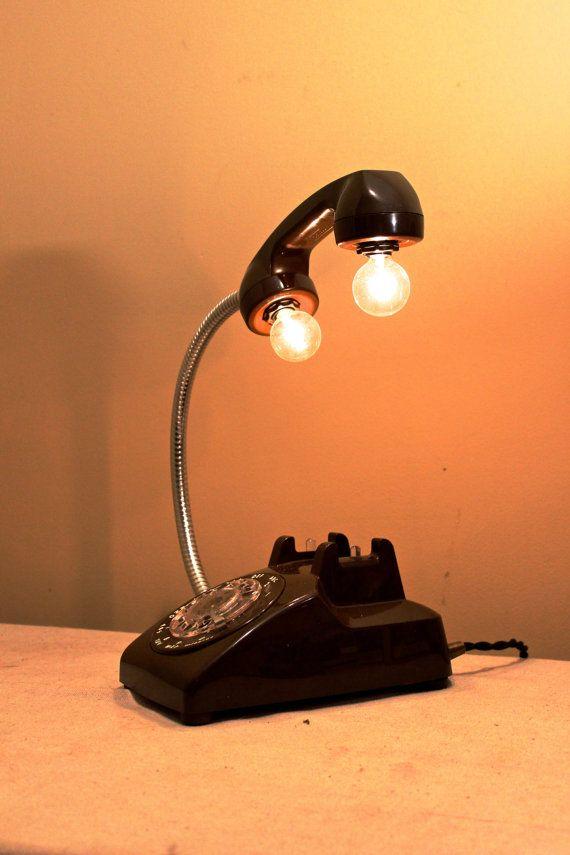 Cest une de mes lampes préférés faire. Je commence avec un téléphone à cadran vintage, remplacer le cordon par un col de cygne chrome, ajouter des douilles de candélabres dans la bouche et loreille pièce et Voila ! vous avez vous-même une lampe de bureau totalement unique ou lumière de chevet.  Jai câblé il avec un tissu de fils torsadés couvert, un interrupteur en ligne et un style bouchon de reproduction.  Ce téléphone particulier est noir, mais je pourrais lampify nimporte quel vieux…